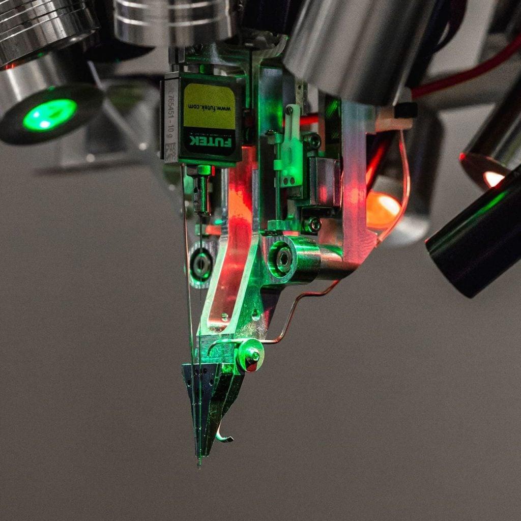 Robot mirip mesin jahit yang memasukkan elektroda ke otak, sedang dikembangkan oleh Neuralink.